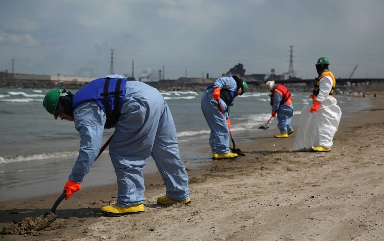 Crews clean up an oil spill along Lake Michigan from the BP Whiting refinery in Whiting, Ind., on Tuesday, March 25, 2014.
