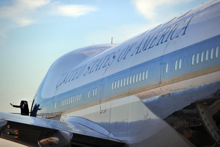 US President Barack Obama boards Air Force One at San Francisco International Airport in San Francisco, Calif. on Nov. 25, 2013.
