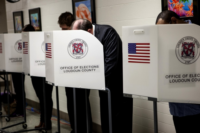 US voters cast their ballots in the last hour before polls close during the mid-term elections in Loudon County, Va. on Nov. 4, 2014. (Photo by Samuel Corum/Anadolu Agency/Getty)