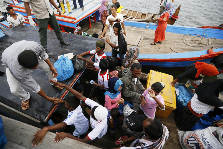 Myanmar and Bangladeshi Rohingya migrants arrive on a boat of local fisherman in Kuala Langsa, Indonesia on May 15, 2015. (Photo by Hotli Simanjuntak/EPA)