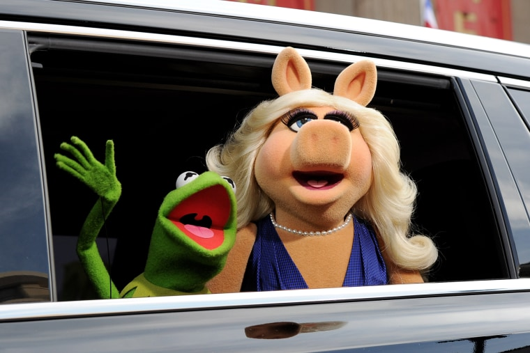 """Kermit the Frog (L) and Miss Piggy arrive at the premiere of Disney's """"Muppets Most Wanted"""" at the El Capitan Theatre on March 11, 2014 in Los Angeles, California. (Photo by Kevin Winter/Getty)"""