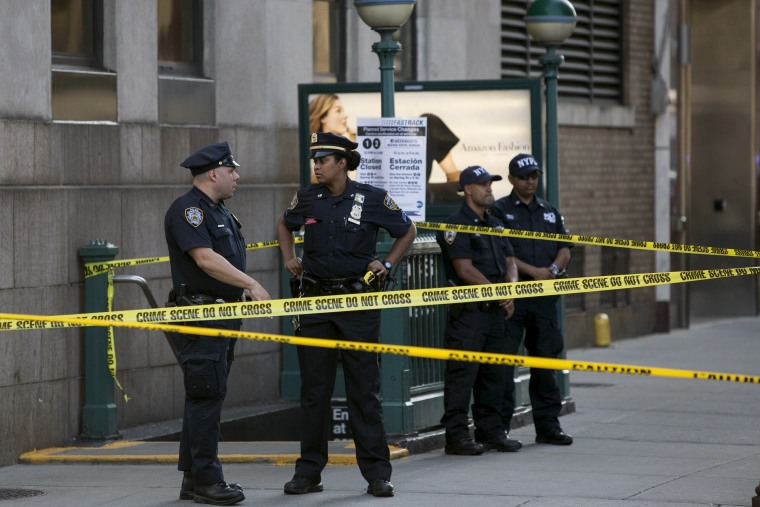 Police investigate the scene of a shooting at a federal office building in Lower Manhattan, N.Y. on Aug. 21, 2015. (Photo by Andrew Kelly/Reuters)