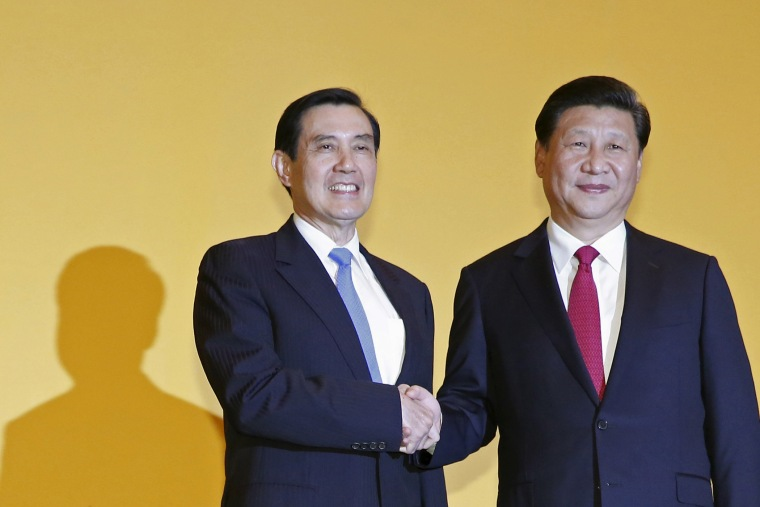Chinese President Xi Jinping shakes hands with Taiwan's President Ma Ying-jeou during a summit in Singapore on Nov. 7, 2015. (Photo by Edgar Su/Reuters)