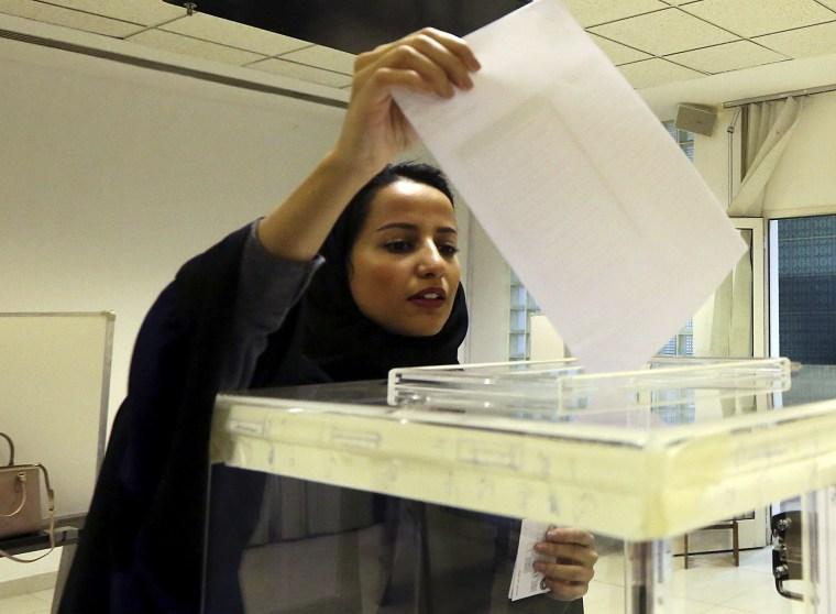 A Saudi woman casts her ballot at a polling center during municipal elections in Riyadh, Saudi Arabia, Dec. 12, 2015. (Photo by Aya Batrawy/AP)