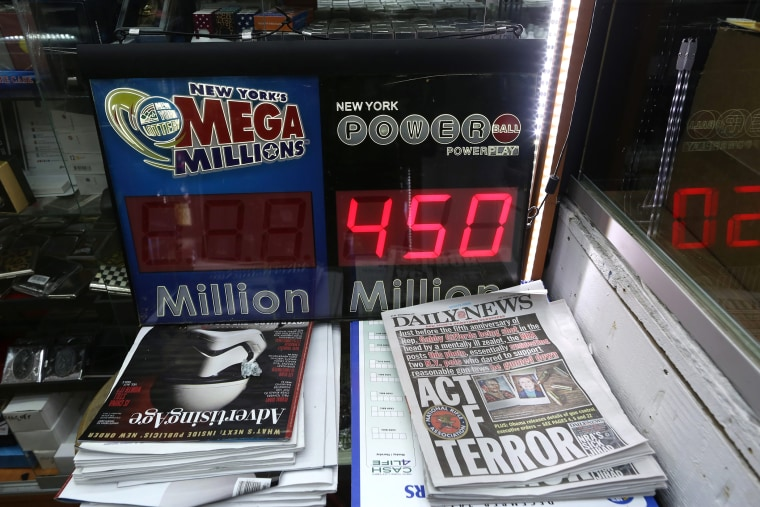 A sign showing the jackpot for the next Powerball draw in New York, N.Y., on Jan 5, 2016. (Photo by Andrew Gombert/EPA)