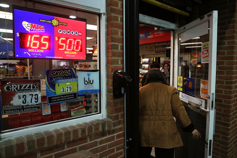 A sign shows the Powerball amount has climbed to 500 million dollars at the BP gas station, Jan. 6, 2015 in Dunkirk, Md. (Photo by Mark Wilson/Getty)