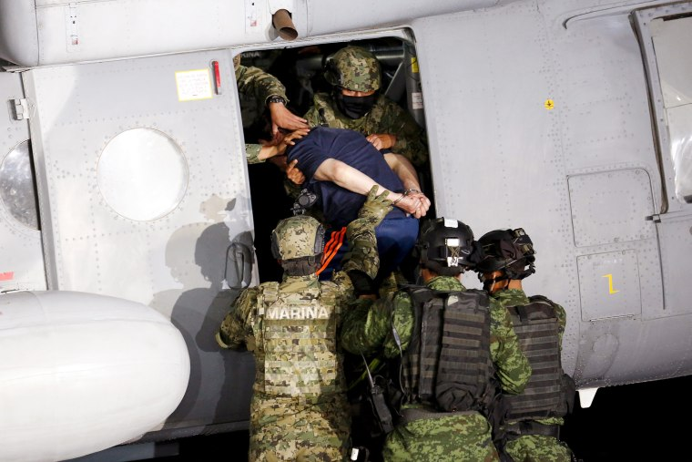 """Soldiers escort drug lord Joaquin """"El Chapo"""" Guzman into a helicopter during a presentation to the media in Mexico City, Jan. 8, 2016. (Photo by Tomas Bravo/Reuters)"""