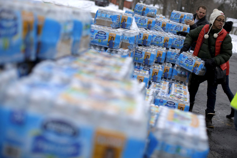 Volunteers distribute bottled water to help combat the effects of the crisis when the city's drinking water became contaminated with dangerously high levels of lead in Flint, Mich., March 5, 2016. (Photo by Jim Young/Reuters)