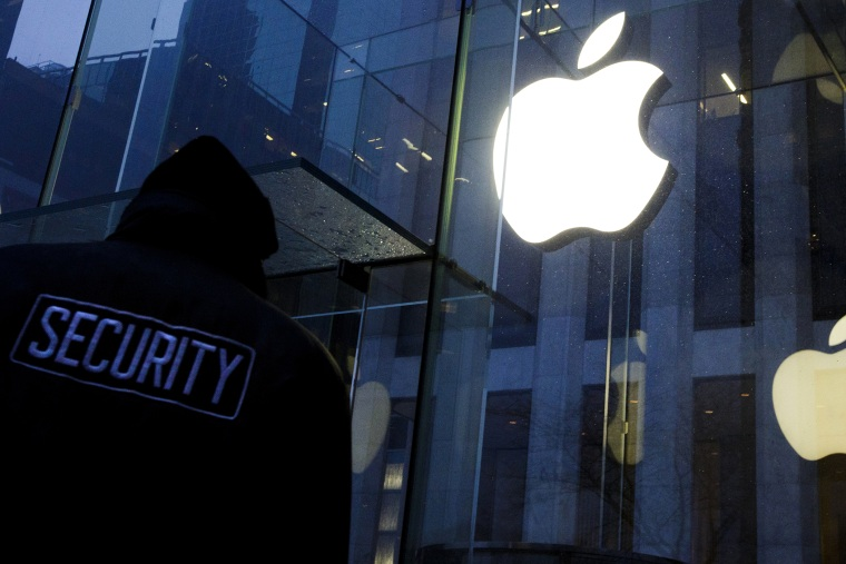 A file picture dated Feb. 23, 2016 shows a security guard patrolling in front of an Apple Store before a small rally in support of the company's privacy policy in New York. (Photo by Justin Lane/EPA)