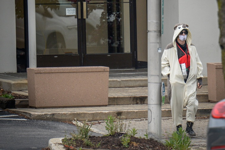 A man claiming to be in possession of a bomb exits the Fox45 television station, which was evacuated due to a bomb threat, in Baltimore, Md. on April 28, 2016. (Photo by Bryan Woolston/Reuters)