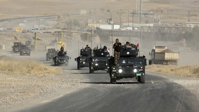 Iraqi special forces advance towards the city of Mosul, Iraq on Oct. 19, 2016. (Photo by Khalid Mohammed/AP)