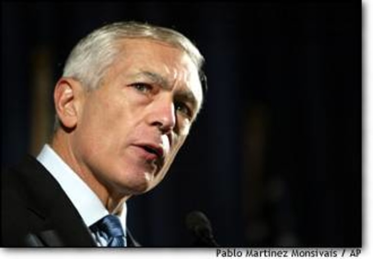 Presidential hopeful Wesley Clark makes his pitch to the Democratic National Committee's fall meeting.