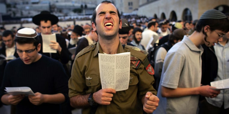 Image: An Israeli soldier (C) along with thousands of Jewish men and women perform a special prayer in opposition to the US-hosted Middle East peace meeting