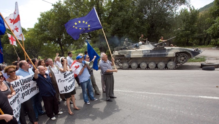 Image: Georgians confront Russian soldiers at check-point on the road from Tbilisi to Gori near Kaspi