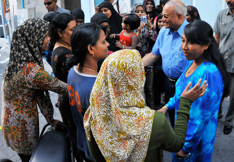 Image: Maldives president Maumoon Abdul Gayoom and his wife speak to supporters