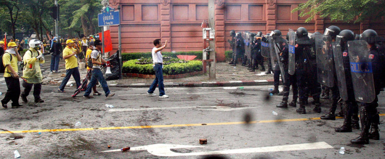 Image: Thai anti-government protesters confront policemen in Bangkok
