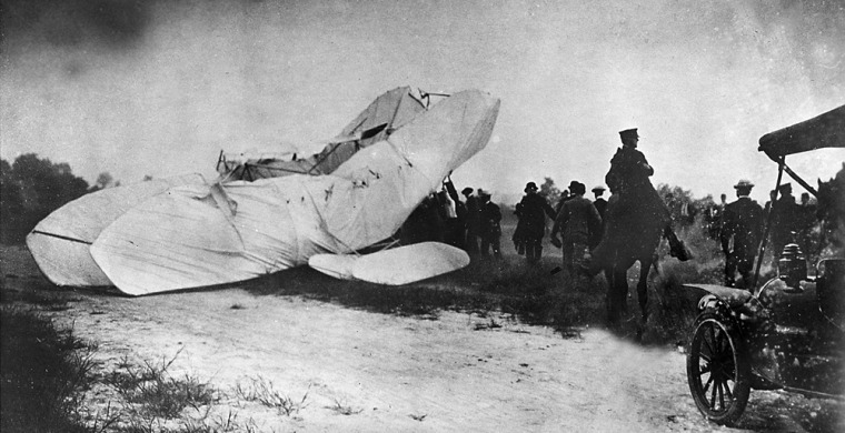 Image: Troops rush to the site of a crashed plane