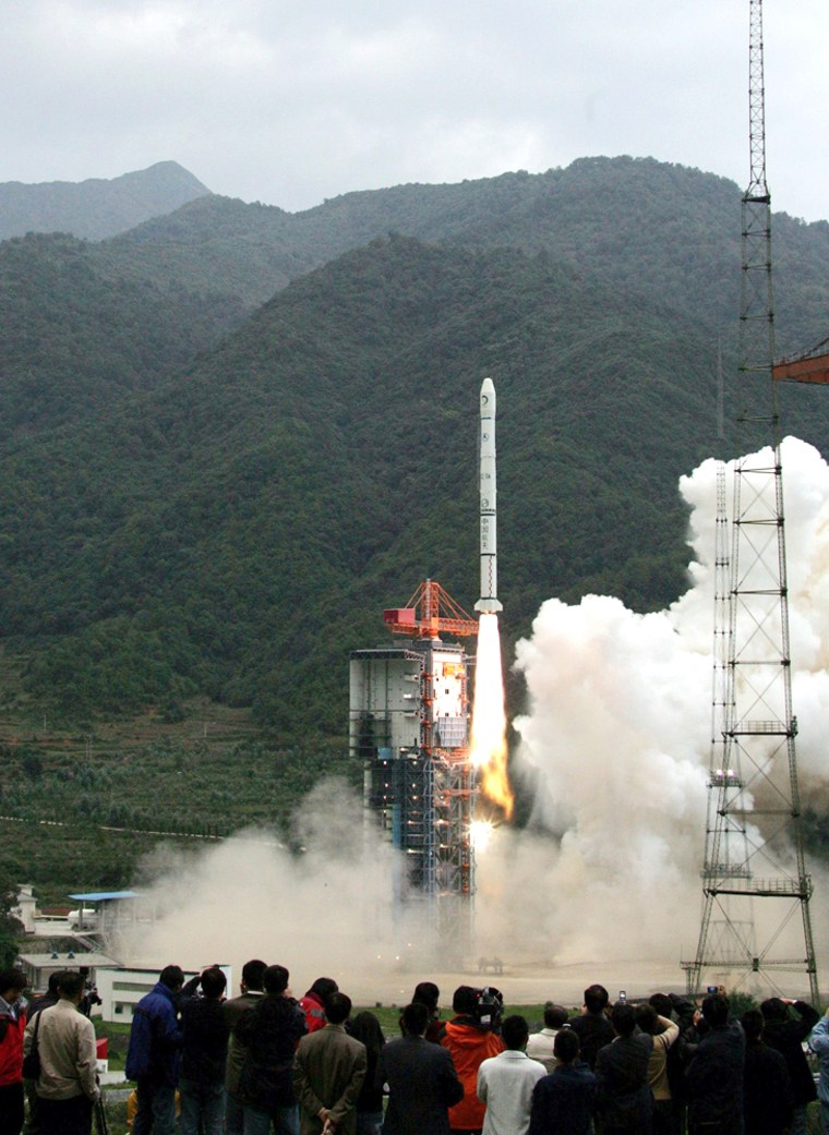 Image: China's first moon orbiter Chang'e 1 lifts off