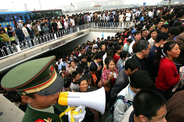 Image: Chinese holiday travelers