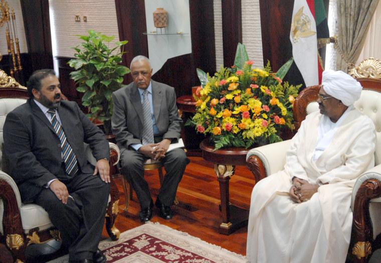 Image: Sudanese President Omar al-Beshir meets with British Muslim Lord Nazir Ahmed in Khartoum.