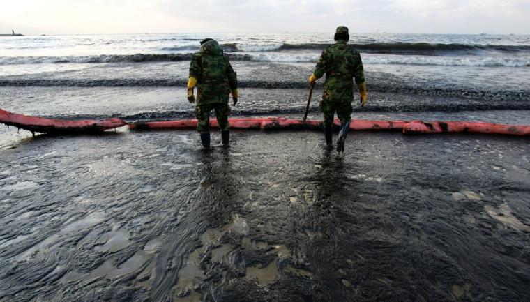 iMAGE: Tanker Spills Oil Off South Korea's West Coast.
