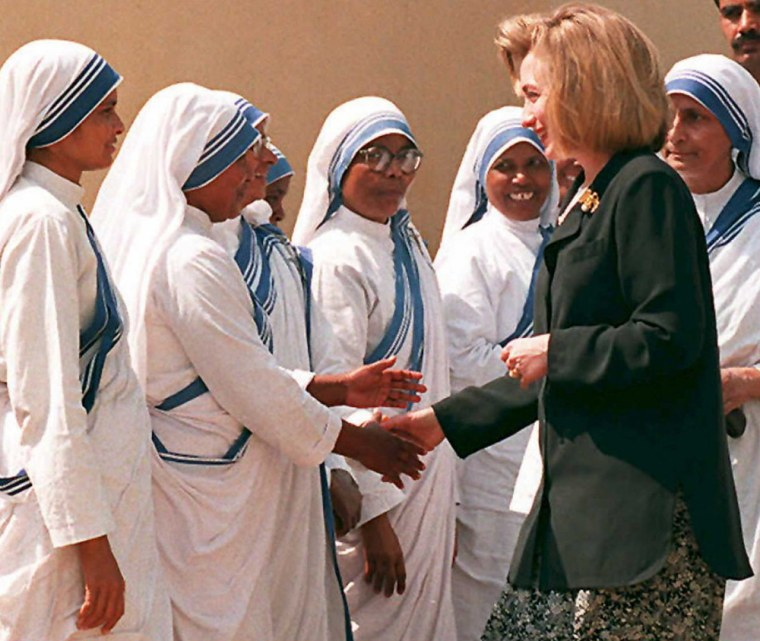 Image: US First Lady Hillary Rodham Clinton (R) is greeted by nuns at a New Delhi orphanage run by Mother Teresa
