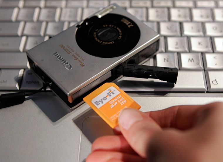 Image: An attendee puts an Eye-Fi Wireless SD Card into a Canon camera