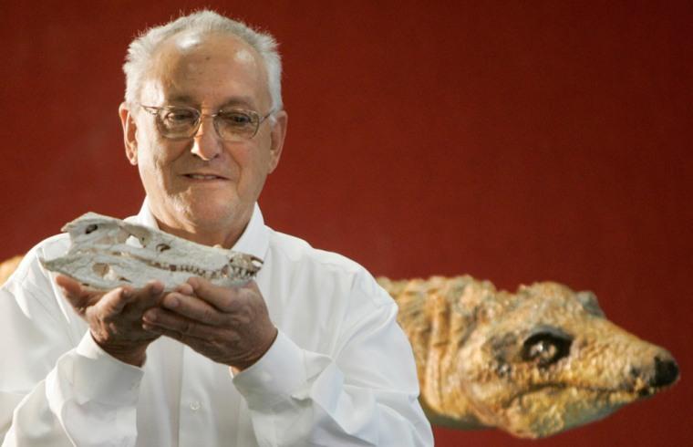 Image: Palaeontologist Campos with prehistoric crocodile