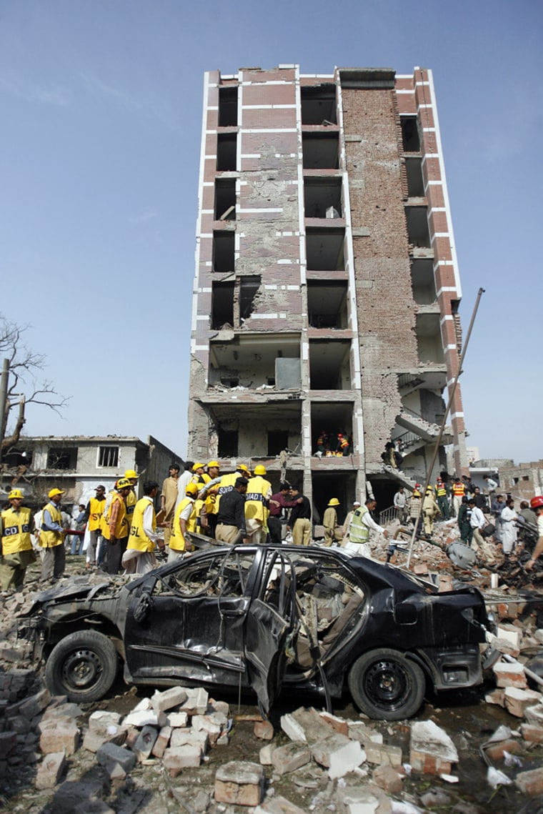 Image: Bomb explosion at the office of the Federal Investigation Agency in Lahore, Pakistan