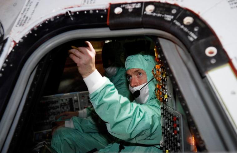 Image: Commander examines shuttle window