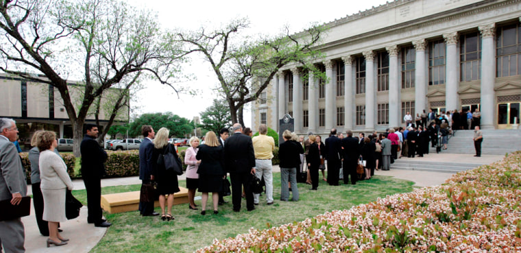 Image: A long line forms at the Tom Green County Courthouse
