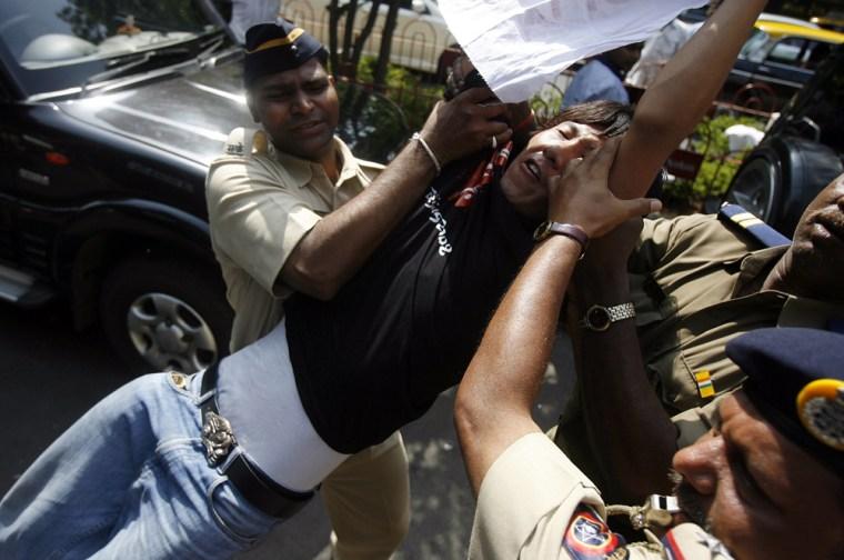 Image: Indian policemen detain a Tibetan protester