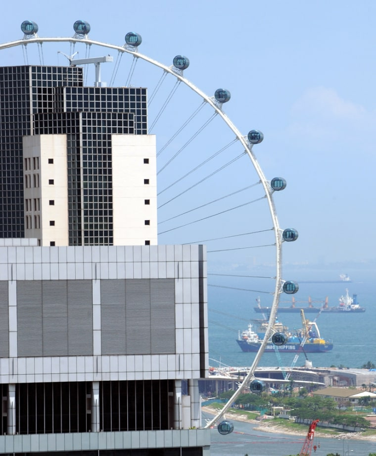 Image: Tourism in downtown Singapore