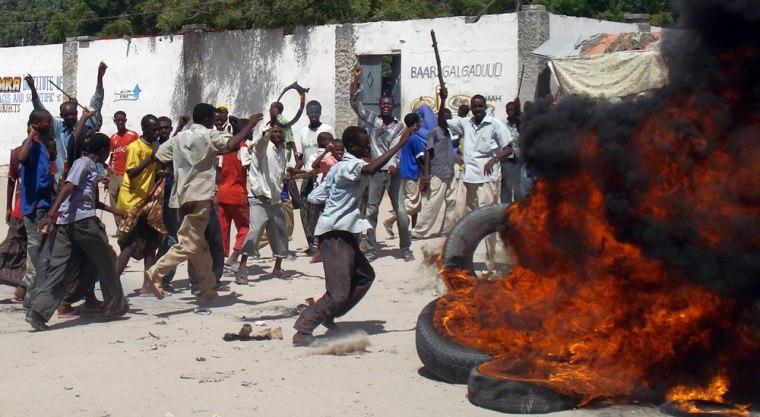 Image: Somalis burn tires