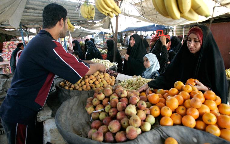 Image: Residents shop in Baghdad's Sadr City