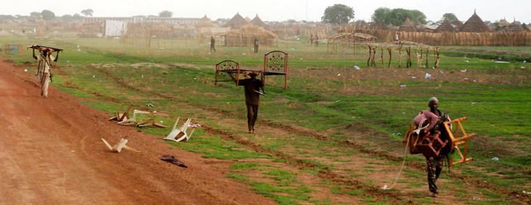Image: Looters roam the village of Abyei, Sudan