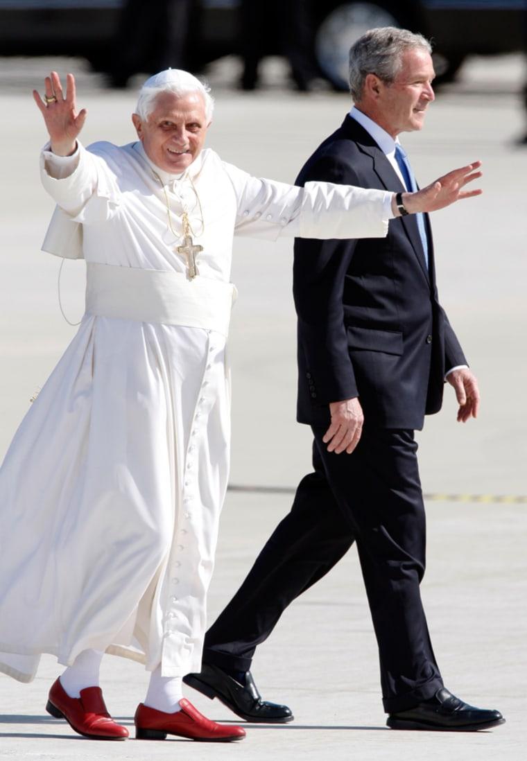 Image:U.S. President Bush walks with  Pope Benedict XVI
