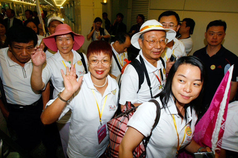 Image: The first group of Chinese tourists of the day to arrive in Taiwan from Guangzhou