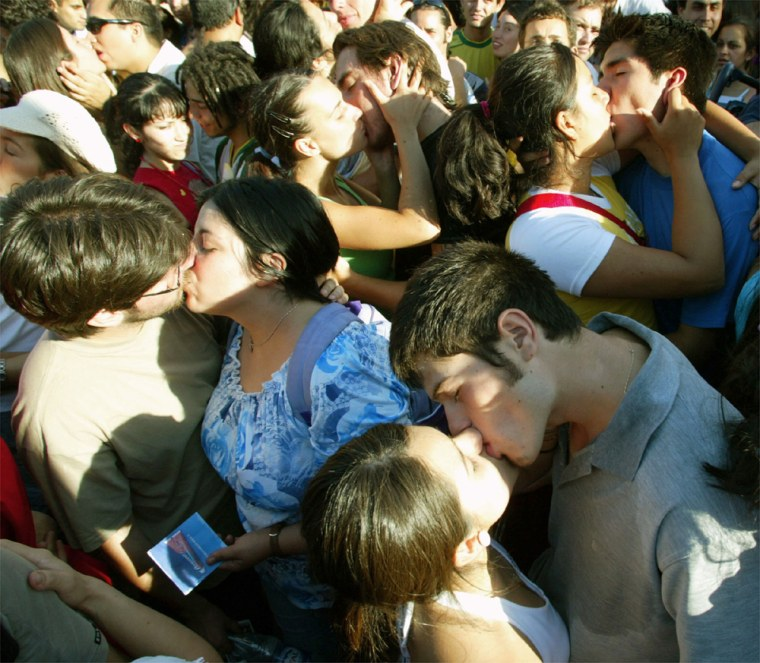 CHILEANS KISS IN AN ATTEMPT TO BREAK A GUINESS BOOK RECORD IN SANTIAGO