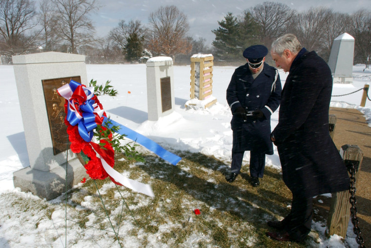 NASA ADMINISTRATOR OKEEFE VISITS GRAVE OF CHALLENGER ASTRONAUTS AT ARLINGTON CEMETERY