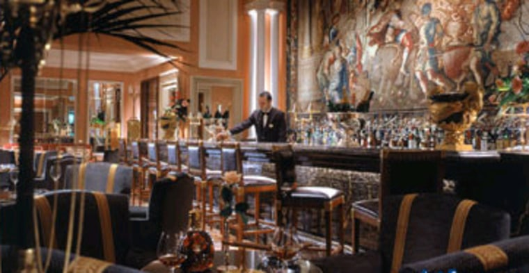 Located at Athens' premier luxury hotel, the Hotel Grande Bretagne, the Alexander is frequented by a diverse group of businessmen, politicians and artists.