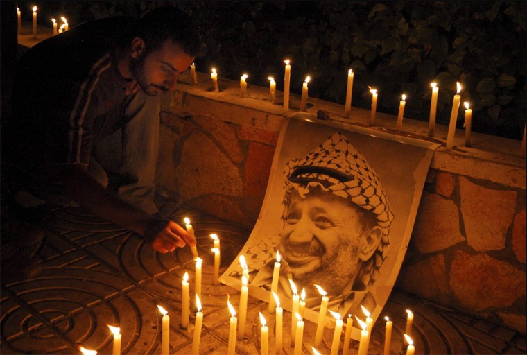 09/11/2004. Palestinians paying a last tribute to their leader Yasser Arafat