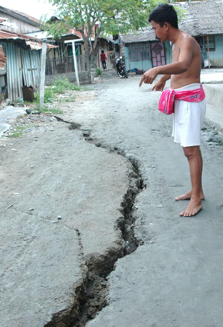 A man shows a cracked after a 6 richter