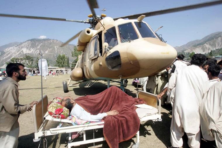 Pakistani army evacuate injured victim by army helicopter from Muzaffarabad