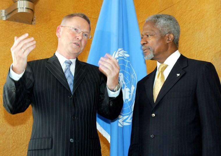 U.N. Secretary-General Kofi Annan, right, talks to German prosecutor Detlev Mehlis, who is investigating the death of former Lebanese Prime Minister Rafik Hariri, at the United Nationson Oct. 6.