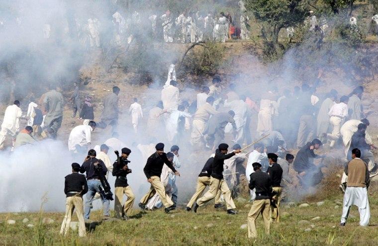 Pakistani policemen batton charge and fi