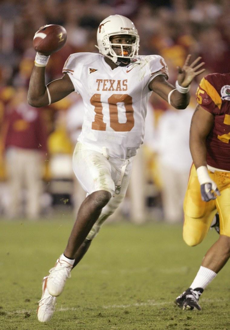 Texas Longhorns quarterback Vince Young runs for touchdown against USC Trojans