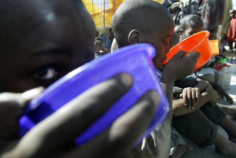 Kenyan children are fed with porridge 02