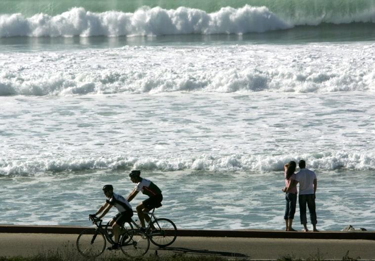 Californians enjoy weather along ocean in San Diego