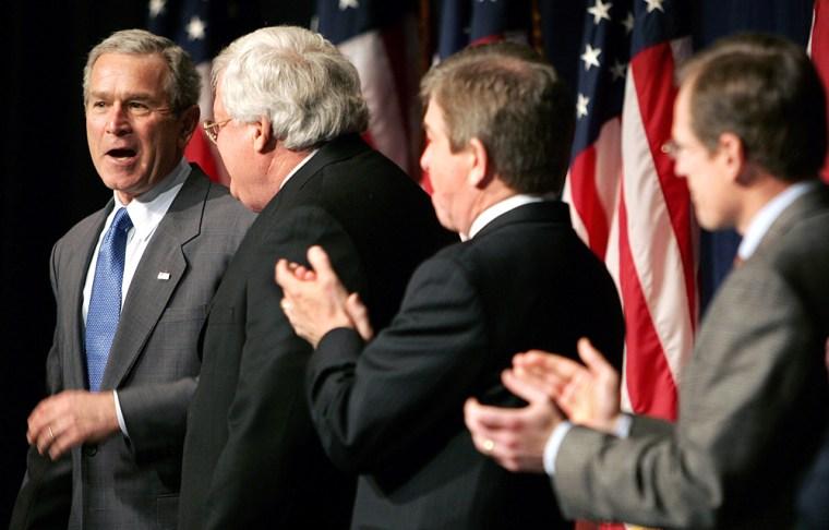 US President George W. Bush( L) talks wi